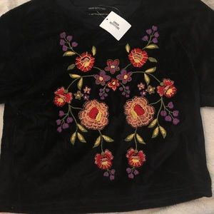mildly cropped velvety top with flowers